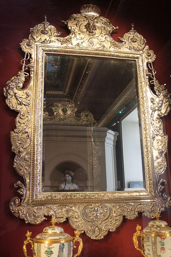 Accrochez un miroir et maintenez-le centré sur votre mur